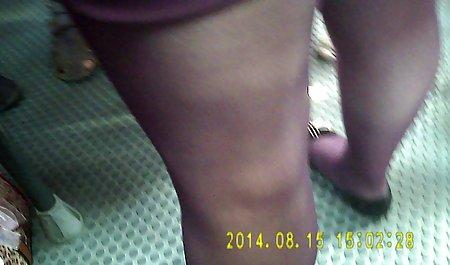 عمه بالغ در جوراب ساق بلند کلاه را در شورت های نازک در دانلود فیلم سینمایی سکسی لینک مستقیم وب کم می درخشد