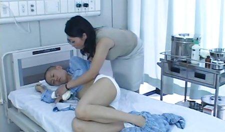 جوجه Busty مانتای دانلود فیلم سکسی با کیفیت 4k خود را بر روی یک dildo متصل به یک آینه قرار می دهد