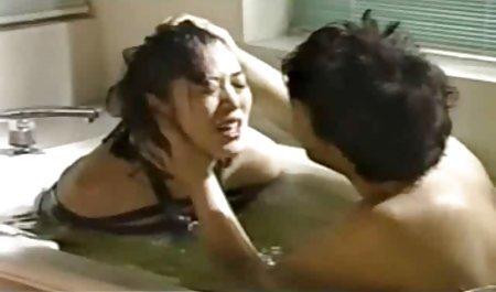 زن خانه دار در جوراب ساق بلند و پیش بند ، فالوس آقا فیلم سکسی لینک مستقیم را لیس می زند و در آشپزخانه به او بیدمشک می دهد