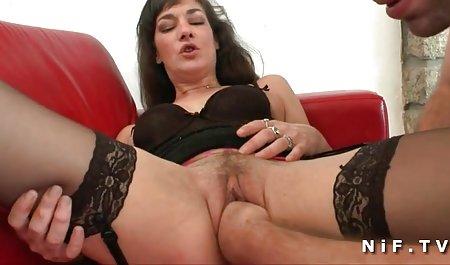 دختر باریک با ماندا دانلود فیلم سکسی دزدان دریایی با لینک مستقیم روی صورت یک دختر شلوغ روی نیمکت نشسته است