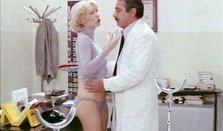 شخص با استفاده از یک خال کوبی روی گردن خود یک دانلود فیلم سکسی با کیفیت با لینک مستقیم مرغ ماساژ می دهد و یک خروس روغنی را در گلدان خود قرار می دهد