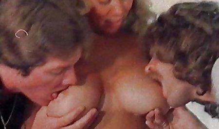پسر در الاغ دوست دختر جوان و یک زن بالغ در جوراب دانلود فیلم سکسی رایگان با لینک مستقیم ساق بلند دارد