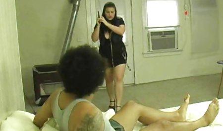 یک دانلود سریال سکسی با لینک مستقیم بچه داتا بازی می کند و دوست دختر جوانی را لگد می زند