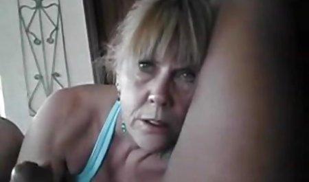 مادر موهای قرمز دانلود مستقیم فیلم پورن و موهای کوتاه موهای خود را از روی یک بلوند جوان جدا کرد و یک کلاه را لیسید