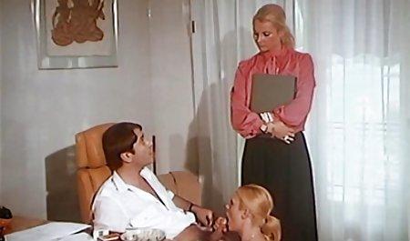 دختری با فیلم سوپر با لینک مستقیم لباس زیر کریسمس خروس بزرگی را برای دوست پسرش می خورد و به او می دهد
