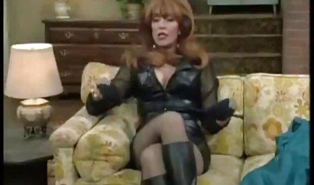 شریک بالغ در کرست و جوراب ساق بلند دانلود مستقیم فیلم سکسی رایگان جوراب شلواری روی آلت مردانه در اتاق نشیمن می چسبد