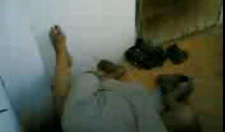 سبزه باریک چشم در جوراب های سفید توسط دوستش فیلم سوپر لینک مستقیم در رختخواب لعنتی می شود