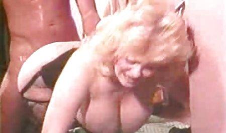 دختری با خال کوبی بر روی باسن خود ، و موهای بلوند نوک انگشتانش را با انگشتان دانلود فیلم سوپر مستقیم دست در نوسان می نوازد