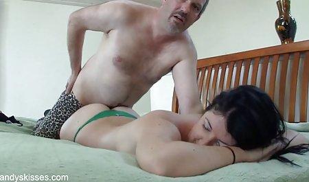 افسر پلیس کلاه های آلت فیلم سکسی مستقیم تناسلی و گلوی دو سارق را با موهای بلند می گذارد