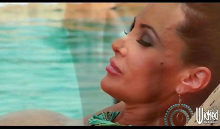 کرال نازک دانلود فیلم سینمایی پورن با لینک مستقیم در شورت ، کفگیر را با عضلاتی روی یک مبل چرمی خوشحال می کند