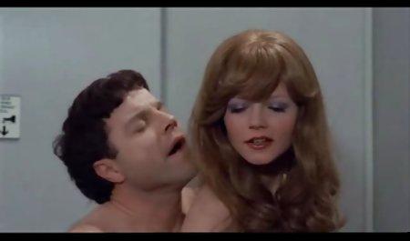 رفیق روسی جوجه نازک و موهای فیلم سوپر لینک مستقیم کوتاه را در ماندا تنگ می کند