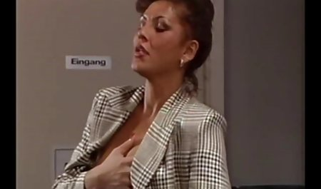 یک خانم در دستکش های سیاه و سفید که جلوی آن را می پوشاند ، روی صندوق عقب یکی دانلود فیلم سکسی با کیفیت 4k از دوستان است